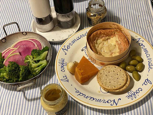 エポワス(チーズ)、紅芯大根、ブロッコリー、ミモレット(チーズ)、オリーブ