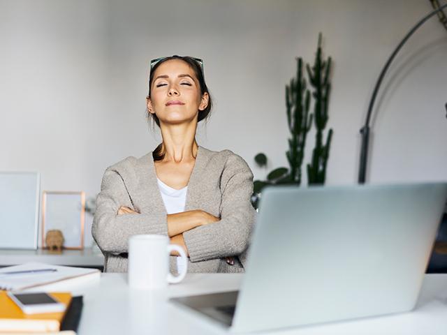 机で瞑想する女性