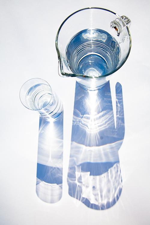 ピッチャーとグラスに入った水