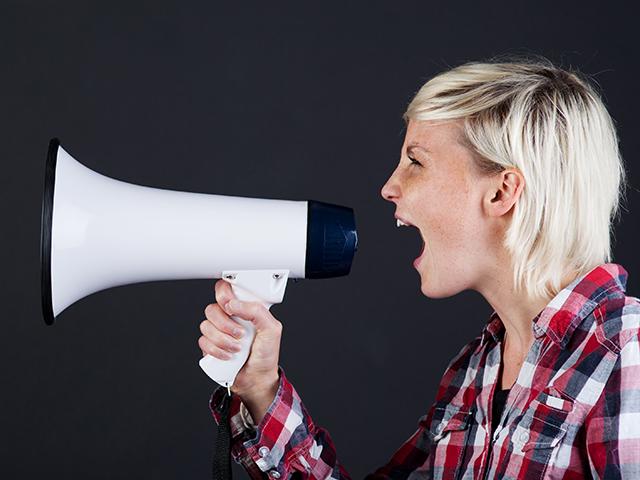 声の大きい女性