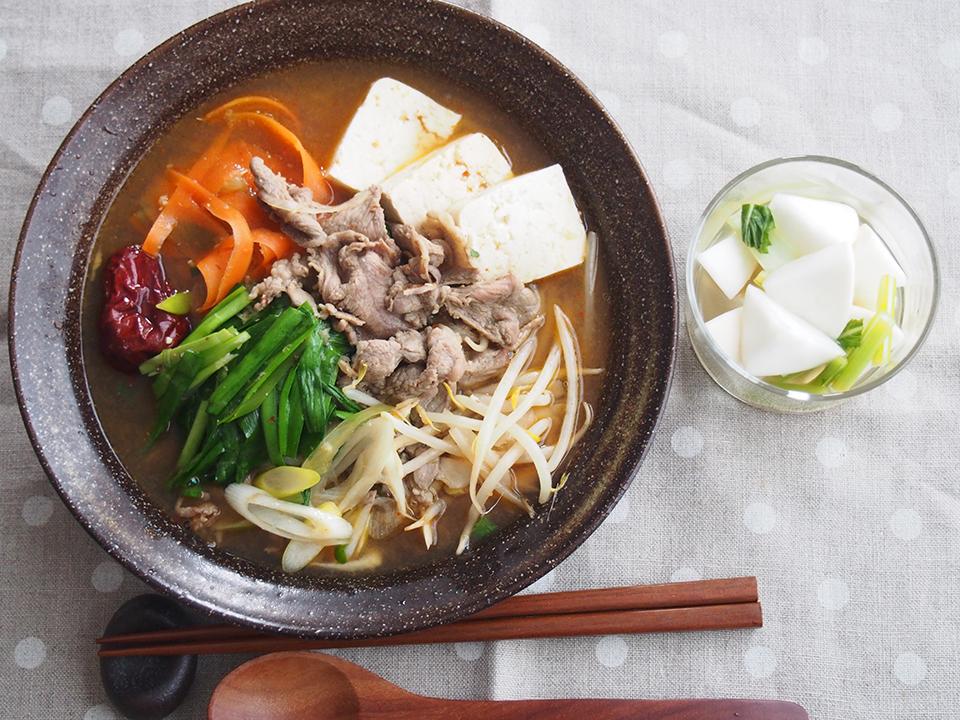 ラムとニラの火鍋風スープ、かぶのレンジピクルス