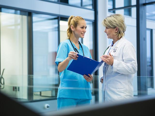 医師と会話する看護師