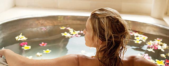 お風呂で疲れを癒す女性