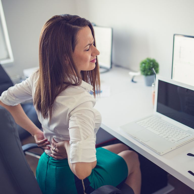 腰が痛いデスクワークの女性