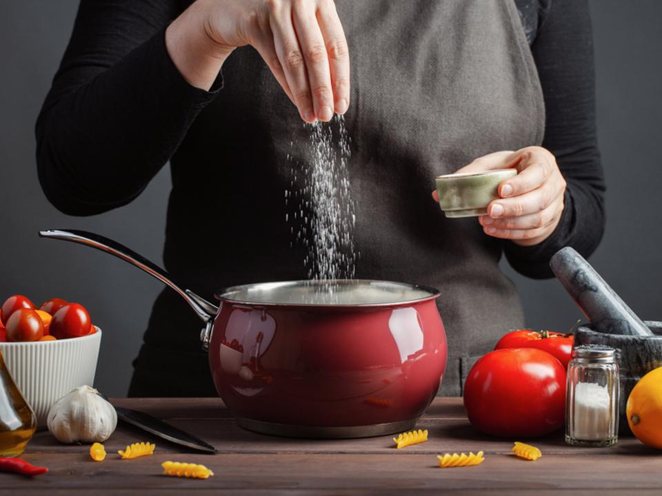 鍋に調味料を入れている人