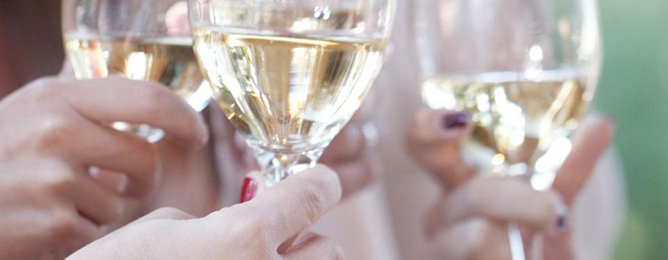 お酒を飲む女性たち