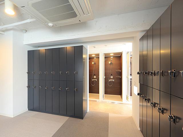 RUNCUBE 神田錦町店の更衣室とシャワースペース