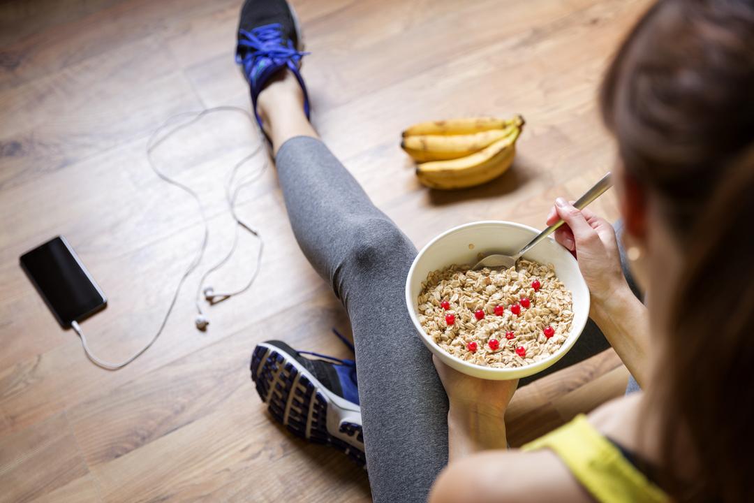 運動後に食事をする女性