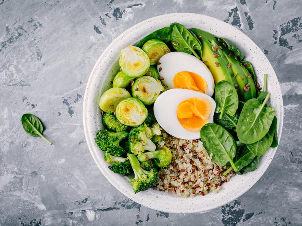 卵と野菜とキヌアのサラダ