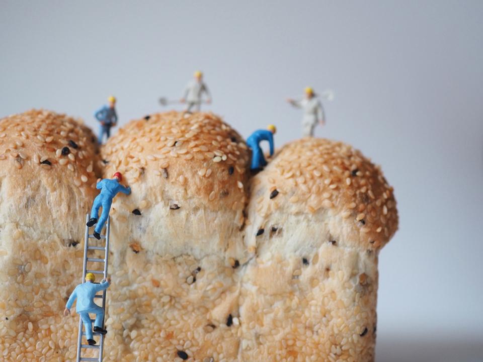 パンに登る小人