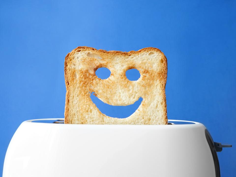 トースターから出る食パン