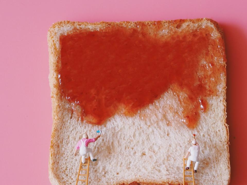 食パンにジャムを塗る小人