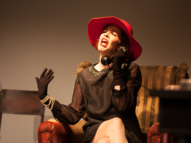 舞台で演じる女優
