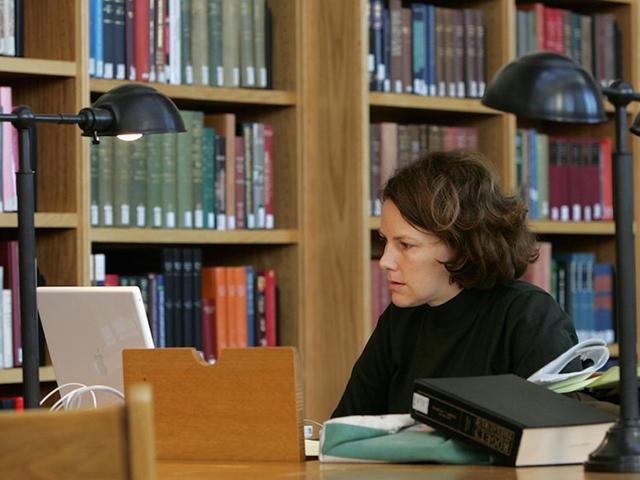 図書館で勉強する賢い女性