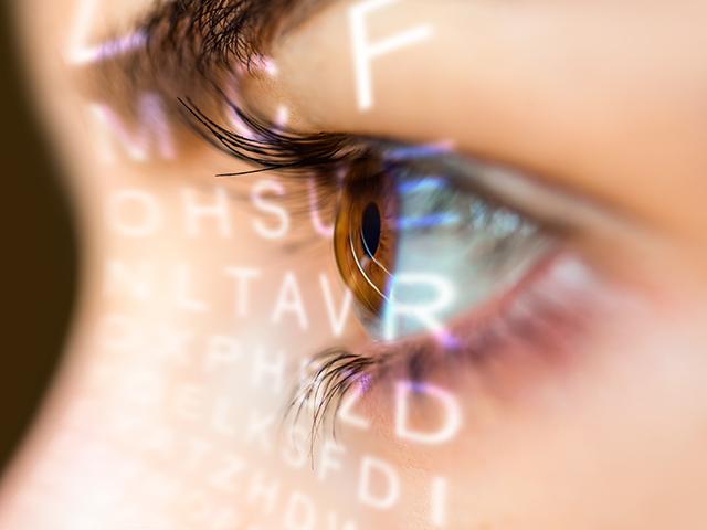 眼圧を調べる女性