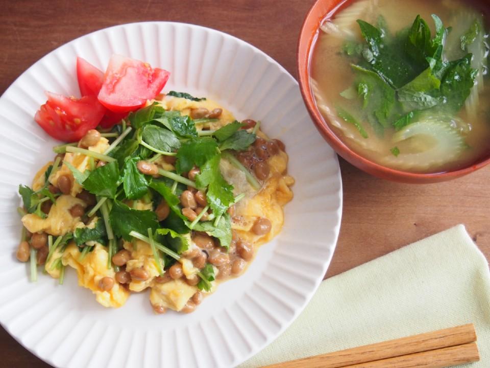 納豆と三つ葉のオムレツと、味噌汁