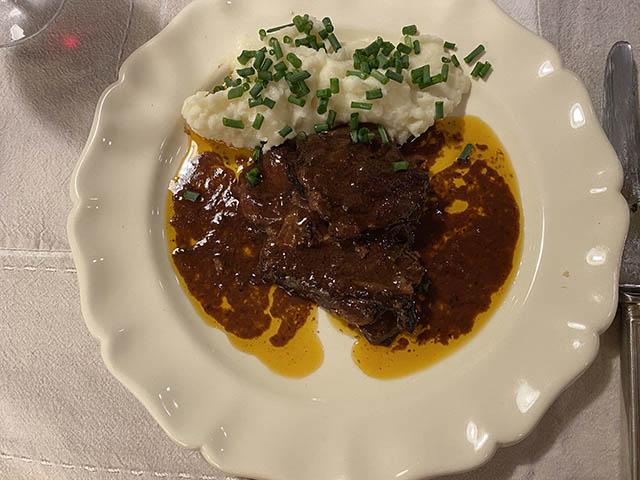 イノシシ肉の赤ワイン煮込み