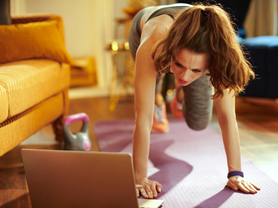 DVDを見ながらトレーニングする女性