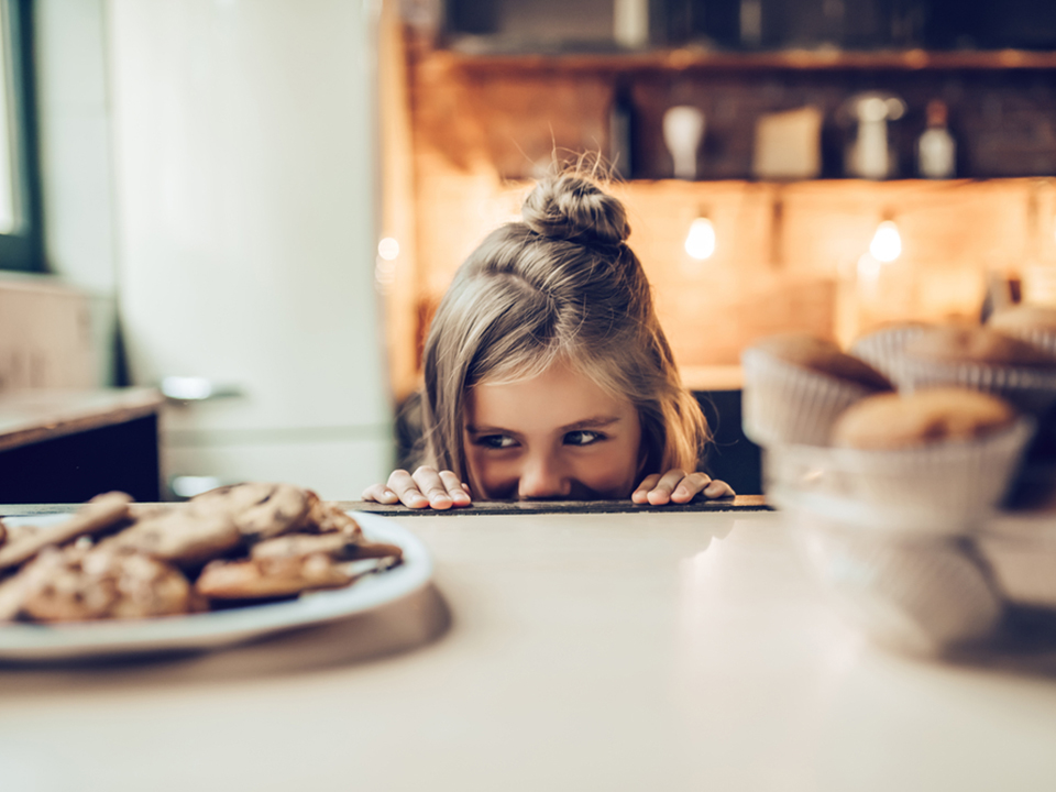 お菓子を見つめる女の子