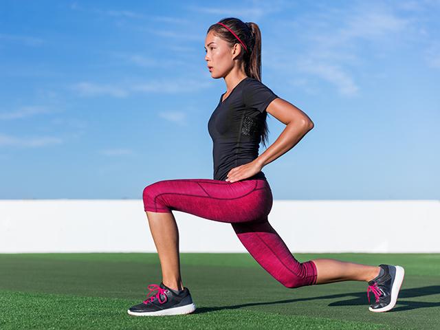 自重トレーニングしている女性