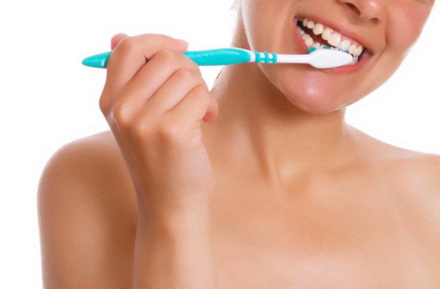 歯磨きしている女性