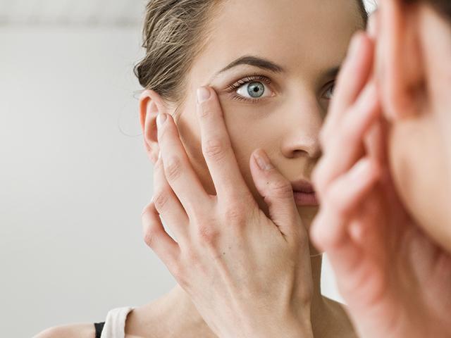 鏡を見つめる女性