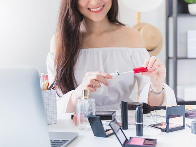 白い服を着てメイクする女性