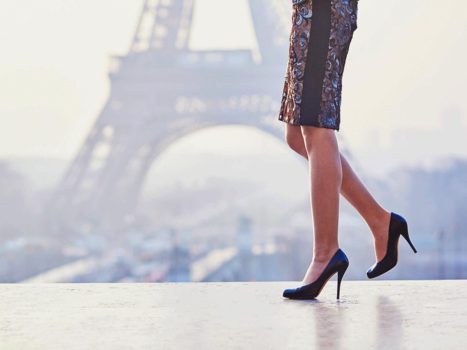 女性の脚とエッフェル塔