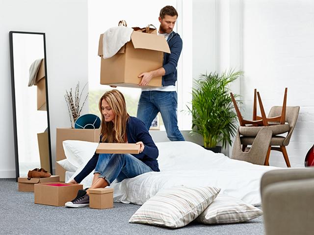 部屋を整理するカップル