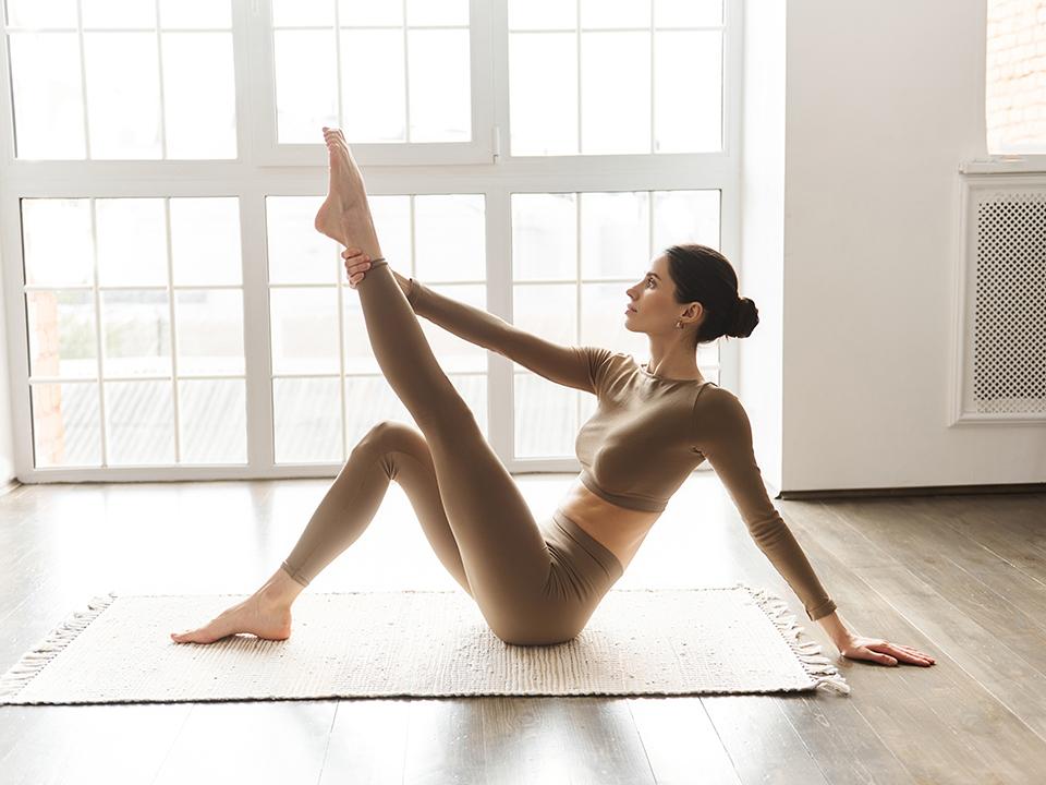 脚の裏を伸ばす女性