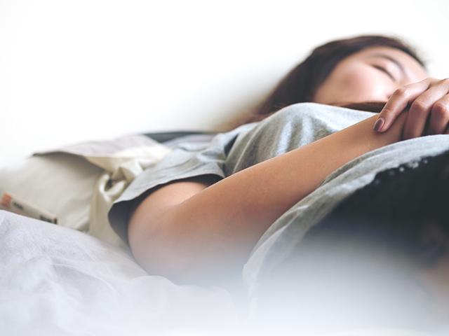 熟睡する女性