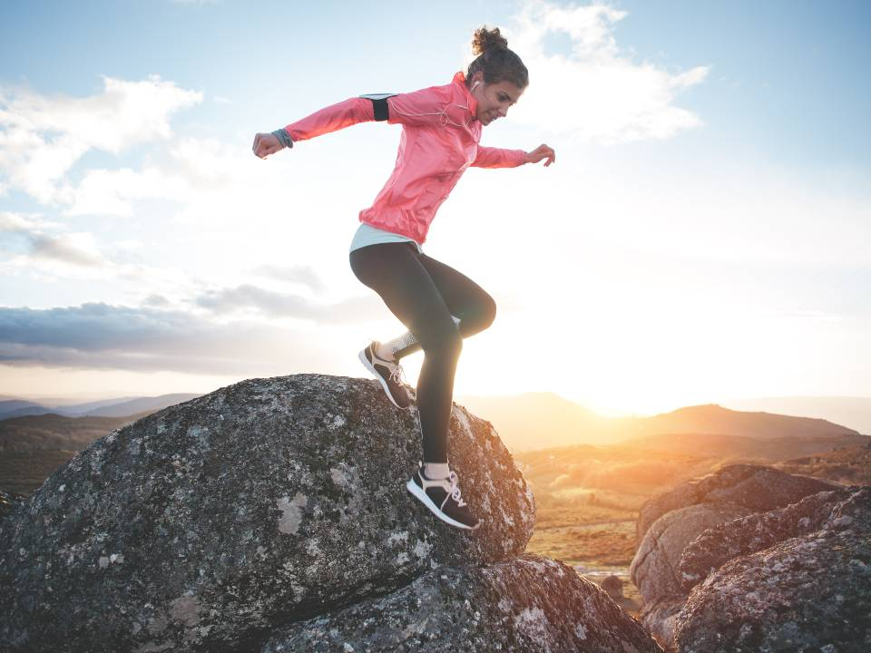 山でトレーニングする女性