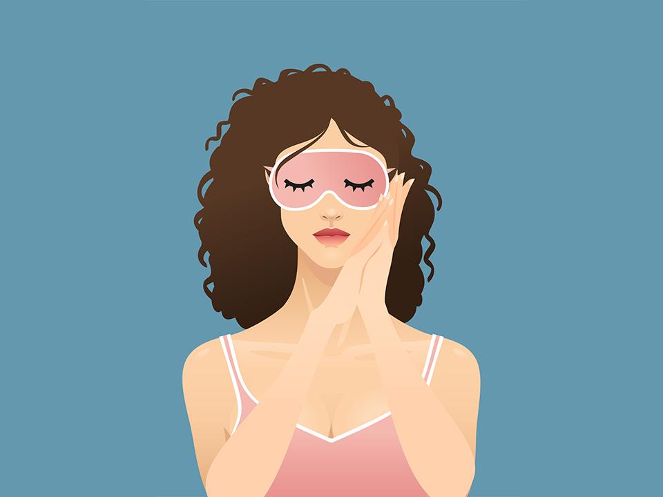 キャミソールを着てアイマスクをする女性