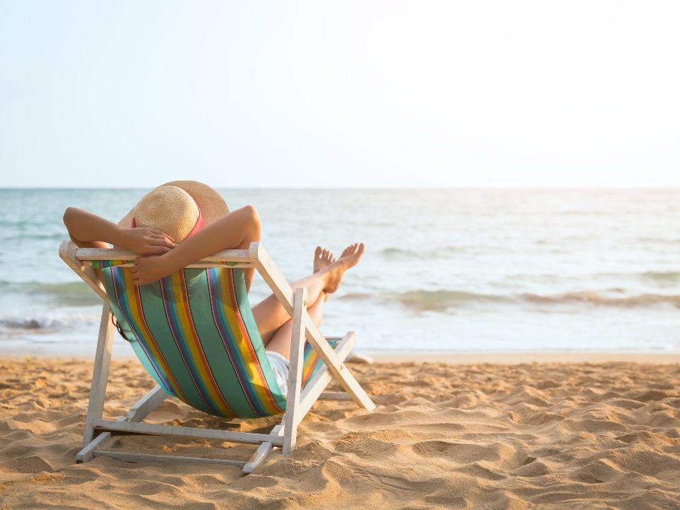 海辺でくつろぐ女性