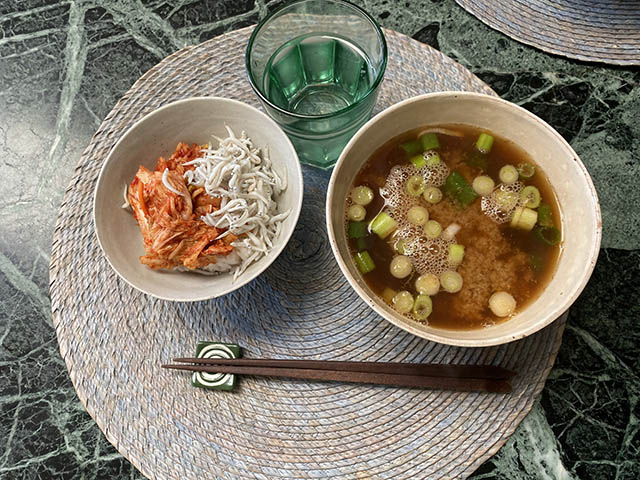 キムチ丼とエビ味噌汁