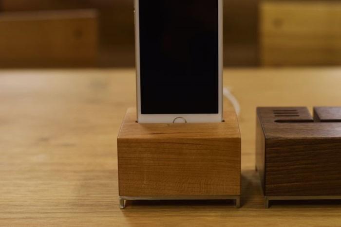 木製ソファでiPhoneをひと休みさせたら、ステキな音を奏でてくれたよ