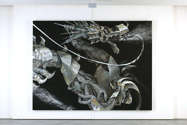 大浦雅臣《創世機》(三彩紙に岩絵具・墨・箔・泥・樹脂膠、2250×3000mm、2010年)、瑞聖寺ZAPギャラリーでの展示風景