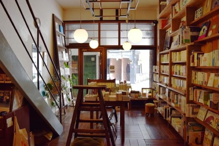 小さな穴で繋がるカフェと本屋。橙書店の扉を開けると、ホントの出会いに胸が高鳴るよ