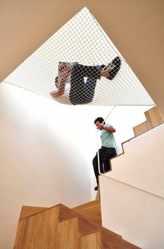 いつもの手すりに「ネット」をプラスすれば、階段はより安全になる
