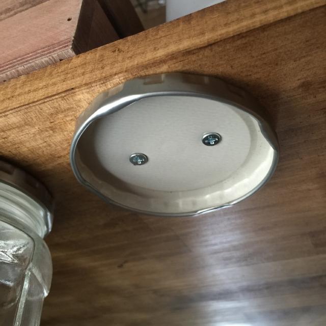 調味料を宙に浮かしてデッドスペースを活用するキッチンの収納DIY_3