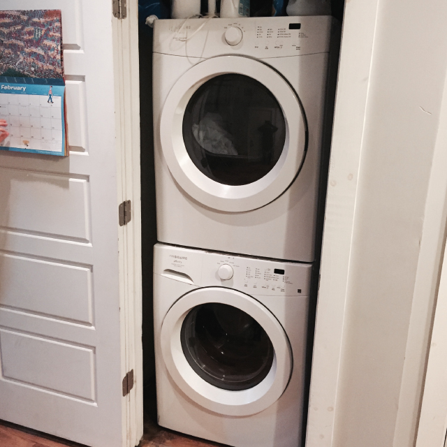 アメリカのニューヨークでルームシェアをしてパーティやDJを楽しむ暮らしの洗濯乾燥機