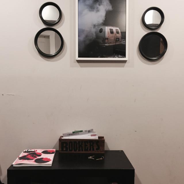 アメリカのニューヨークでルームシェアをしてパーティやDJを楽しむ家には玄関スペースに写真を置く