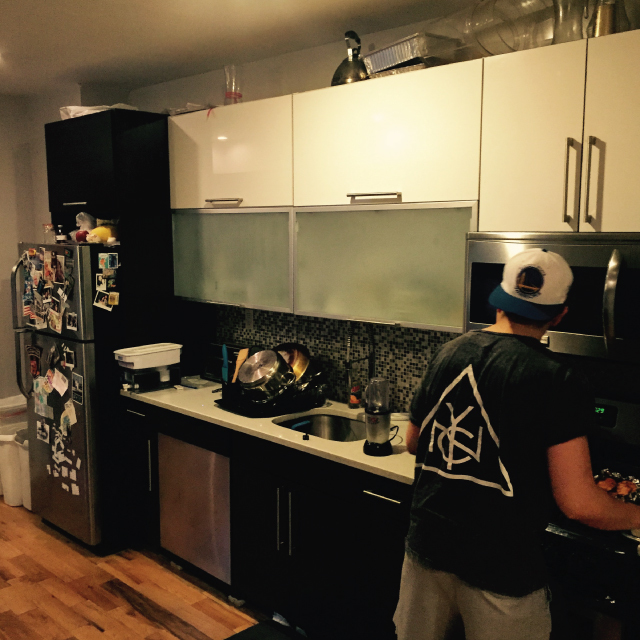 アメリカのニューヨーク・ブルックリンでルームシェアをしてパーティやDJを楽しむ暮らしのキッチン
