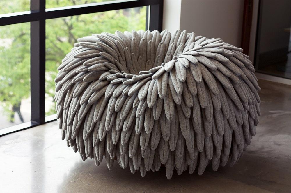 今年5月にニューヨークで開催された北米最大級の家具見本市「ICFF 2016」で発表された1人用ソファ「NARL CHAIR」は、無数の鳥の羽のようなもので構成され、座った姿は草原の上で休憩するダチョウのよう_1