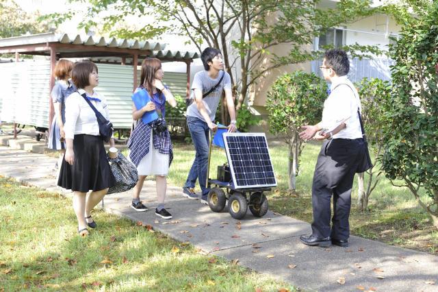 現代美術家の北澤潤と取手アートプロジェクトが、茨城県取手市にある約2,000世帯が居住する井野団地に生み出した「Sun Self Hostel(サンセルフホステル)」は、老若男女30名がゲスト毎に部屋のコーディネートや食事などのサービスを考えて提供する面白いホテルで、電力に太陽光の蓄電池を使用するなど、エコフレンドリーなホテルでもある_9