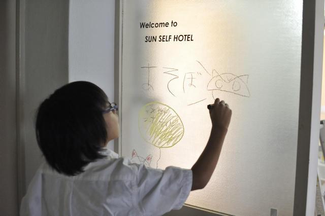 現代美術家の北澤潤と取手アートプロジェクトが、茨城県取手市にある約2,000世帯が居住する井野団地に生み出した「Sun Self Hostel(サンセルフホステル)」は、老若男女30名がゲスト毎に部屋のコーディネートや食事などのサービスを考えて提供する面白いホテルで、電力に太陽光の蓄電池を使用するなど、エコフレンドリーなホテルでもある_3