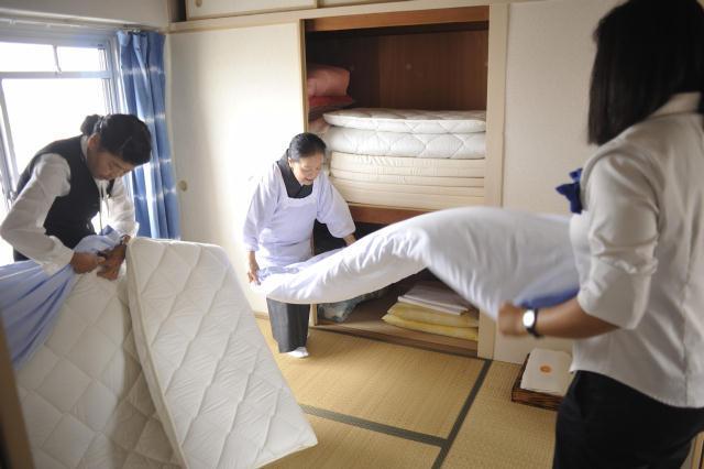 現代美術家の北澤潤と取手アートプロジェクトが、茨城県取手市にある約2,000世帯が居住する井野団地に生み出した「Sun Self Hostel(サンセルフホステル)」は、老若男女30名がゲスト毎に部屋のコーディネートや食事などのサービスを考えて提供する面白いホテルで、電力に太陽光の蓄電池を使用するなど、エコフレンドリーなホテルでもある_4