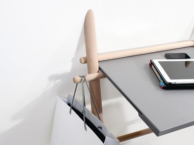 遊び心と実用性を兼ね備えるフランスのデザイナー集団enostudioによる脚が2本の折りたたみデスク_2