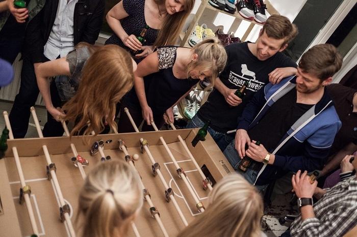 ドイツのブランド「kickpack(キックパック)」によるダンボール製のテーブルサッカーゲームは、軽くて折り畳めるのが便利だしホームパーティーでも活躍間違い無し