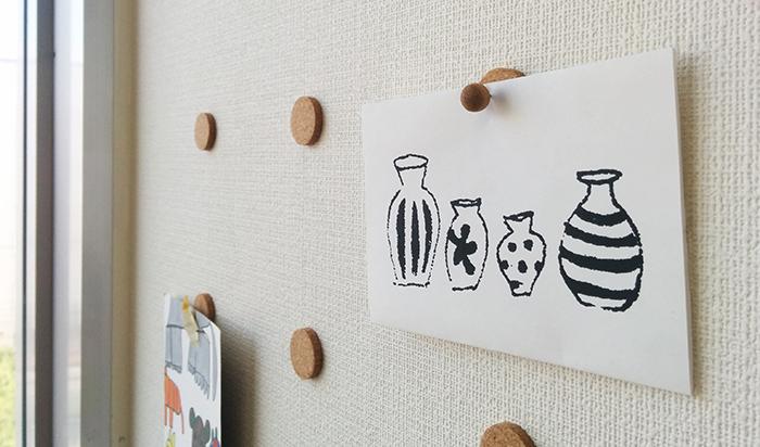 DIYアドバイザーがオススメする、賃貸で活躍する「コルク円板」の使い方を参考にすれば、賃貸でも壁に穴を開ける事なく紙や絵、ポスターを貼ることができます